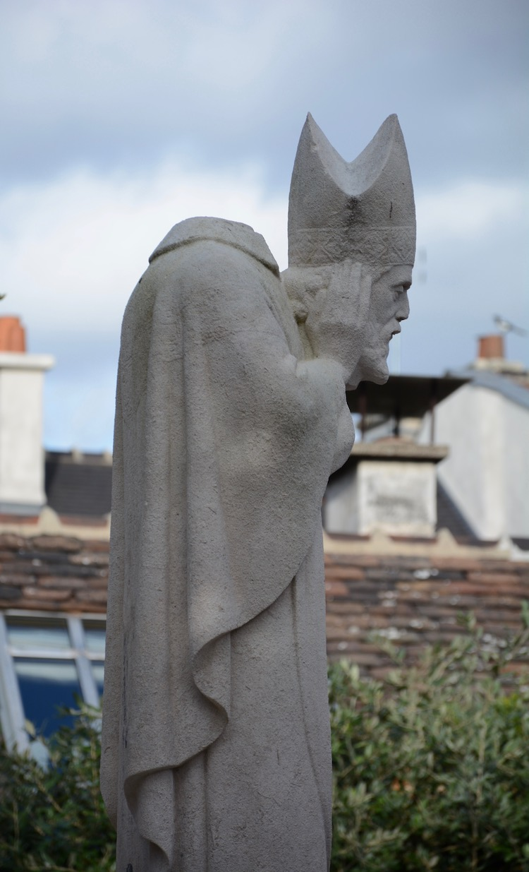 St-Denis--head-in-hands-1